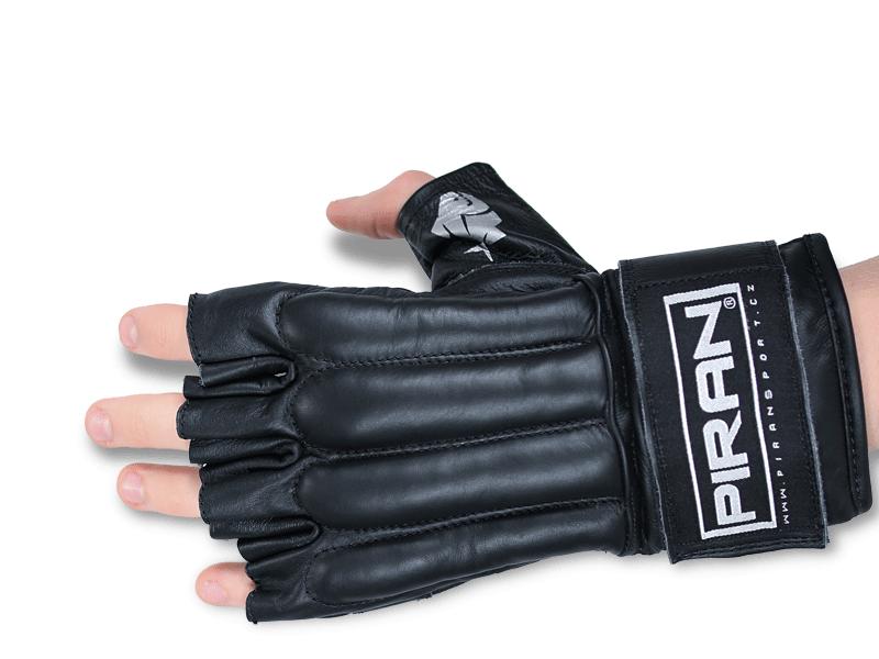 Vyztužení rukavic na prstech tlumí údery.  Otevřené prsty umožňují uchopení protivníka v MMA, sebeobraně apod.