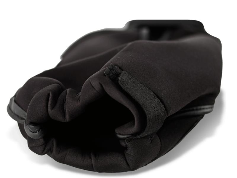 Závěr chrániče je opatřen suchým zipem, aby bylo možno chránič přitáhnout k noze.