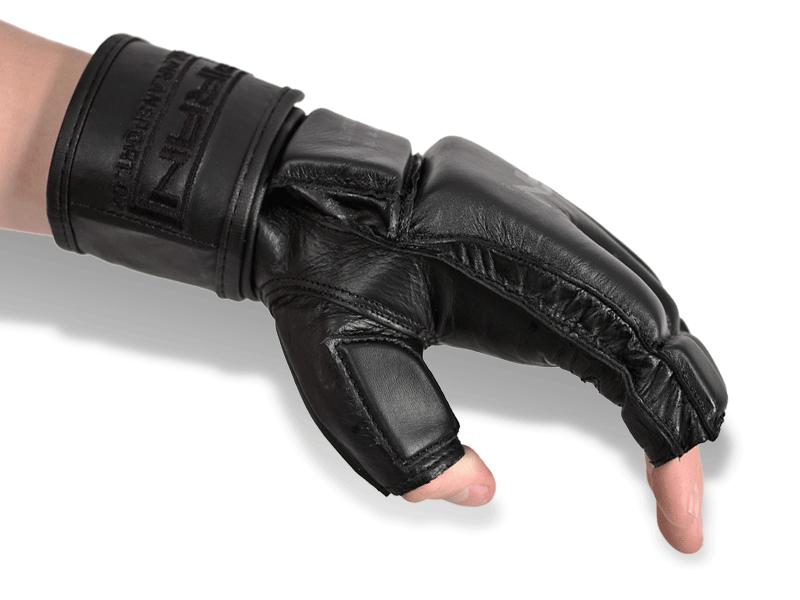 Dokonalá podpora zápěstí pomocí dlouhého pásku závěru rukavice.