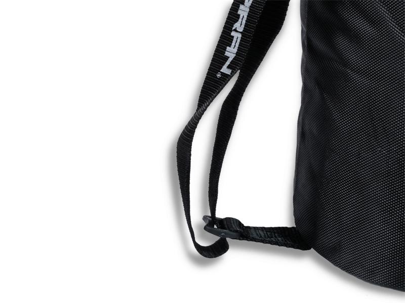 Spodní přeska vaku umožňuje protažení popruhu, tím se dosáhne jeho zkrácení nebo prodloužení, aby se Vám vak dobře nosil na rameni.