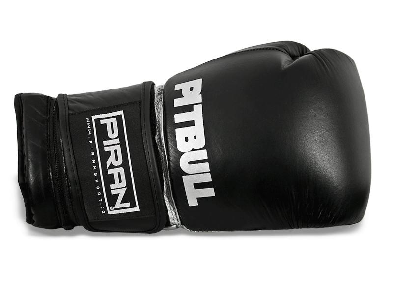 Kvalitní kožené rukavice.   Anatomicky před tvarovaná výplň dobře absorbuje energii úderu, palec přichycený k tělu rukavice snižuje případné zranění při zachycení rukavice.