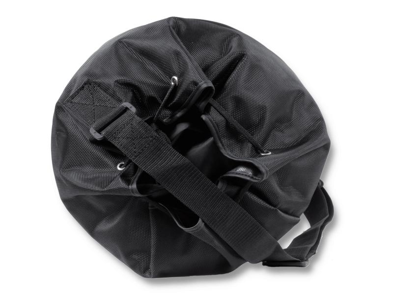 Jednoduchý uzávěr, lemované kraje proti třepení  materiálu.  Uchycení popruhu řes vršek vaku pro komfortní nošení.   Možnost stažení díky plastové přesce.
