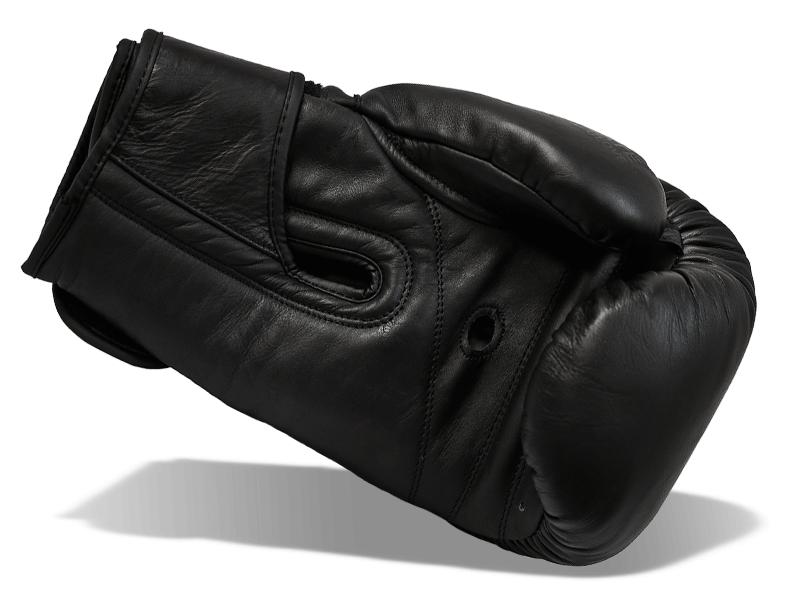 Jemné polstrovaní vnitřní části rukavice pro komfort boxera při krytech na obličej.  Široký speciálně tvarovaný pásek umožnuje pevné stažení ruky, rukavice nepadá a dobře sedí.