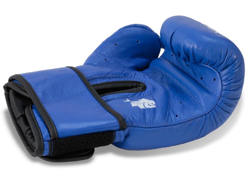 Anatomicky předtvarovaná výplň rukavice dobře absorbuje energii úderu.  Jedinečné odvětrání rukavice díky mnoha otvorům na dlani a palci rukavice.