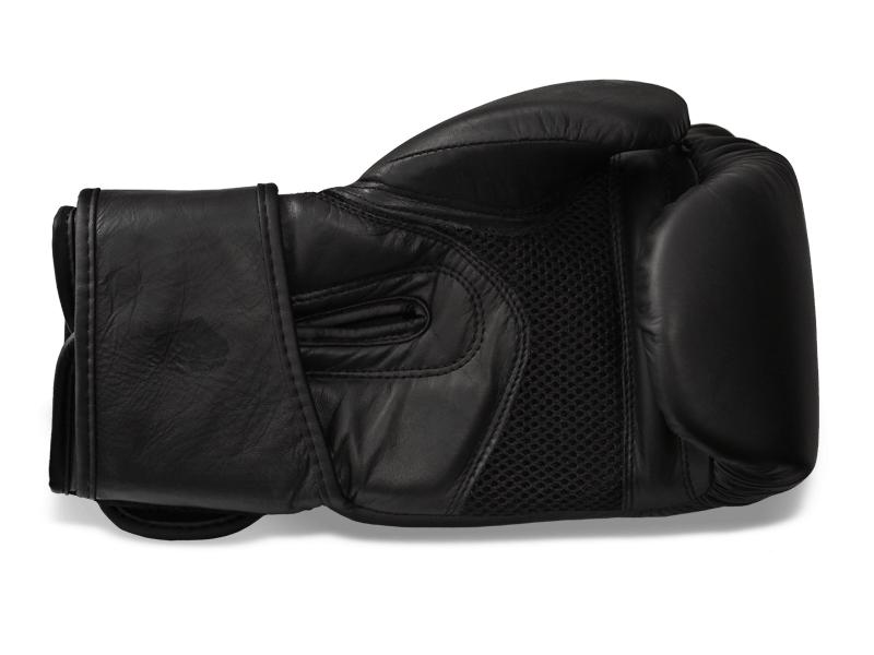 Dlaň je vyrobena ze speciálního prodyšného materiálu pro dobrý odvod tepla a snížení tvorby potu. Jemné polstrovaní vnitřní části rukavice a 8 cm široký speciálně tvarovaný pásek umožnuje lepší stažení ruky.