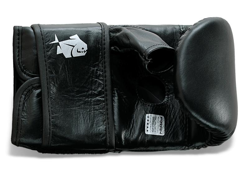 8 cm široký pásek umožnuje pevné stažení ruky.Struna pod prsty podporuje správné sevření ruky v pěst a tím snižuje možnost zranění.Velký otvor na dlani rukavice umožnuje odvod tělesné ho tepla a snižuje tvorbu potu.