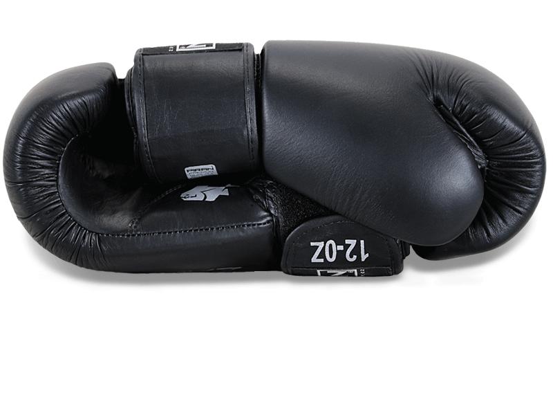 Kvalitní uchycení palce k tělu rukavice snižuje jeho případné zranění při zachycení o soupeře při úderu.