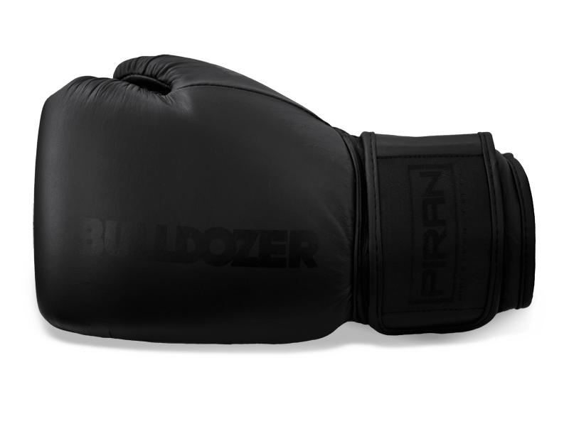 Kvalitní kožené rukavice v celočerném provedení. Anatomicky před tvarovaná výplň dobře absorbuje energii úderu.