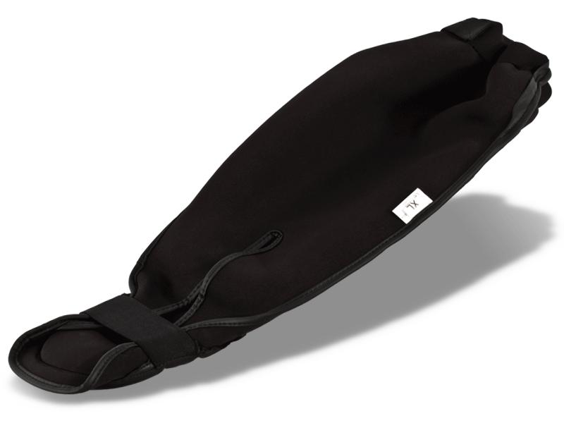 Kvalitní neopren na zadní straně chrániče, dobře přilne k noze a udržuje svaly během cvičení zahřáté a prokrvené.  Guma na chodidle drží chránič ve správné poloze.