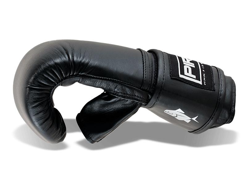 Anatomicky předtvarovaná extra lehká výplň pytlovky dobře absorbuje energii úderu. Otevřený pales pomáhá k odvodu tepla z rukavice a snižuje tvorbu potu při cvičení.